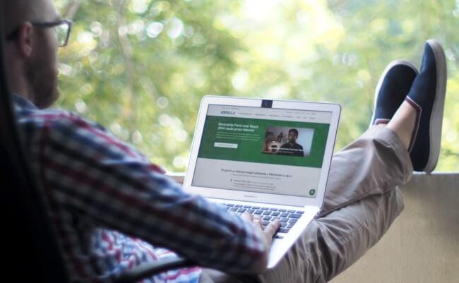 webinar praca zdalna - pracowanie przez Internet przed komputerem  - otwarta strona Kodilla